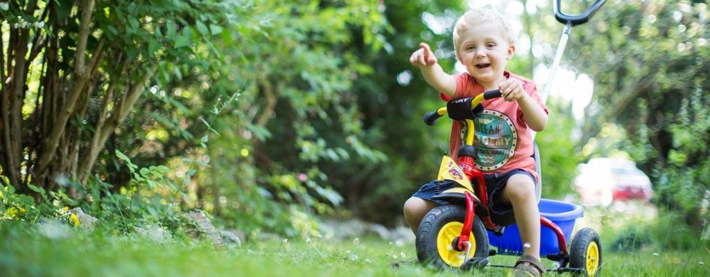 Giochi in plastica: macchine cavalcabili e tricicli per piccoli piloti